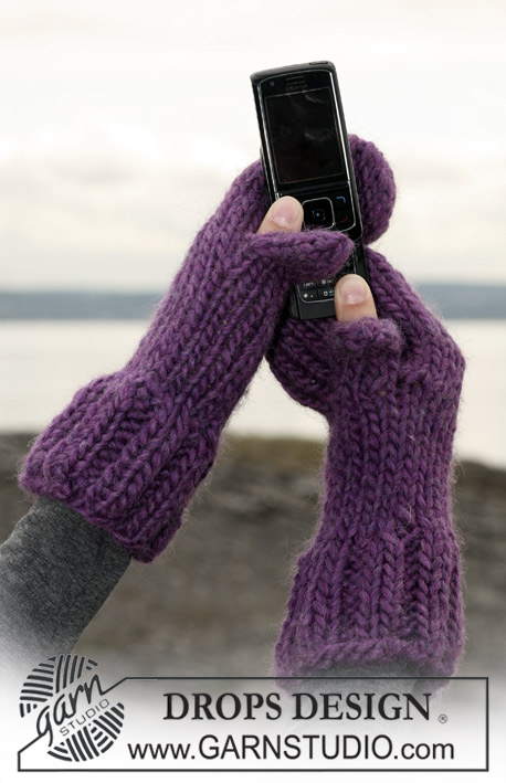 Free knitting pattern for mittens with hole for texting and more device knitting pattern