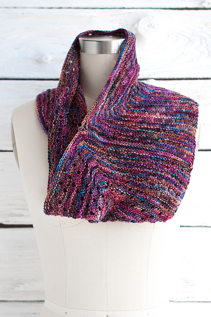 Free knitting pattern for Esquina Cowl