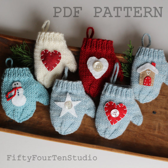 Knitting pattern for mini mitten oranment or gift card holders