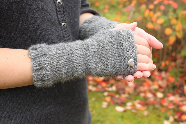 Mrs. Fitz's Fingerless Mitts Free Knitting Pattern | Outlander Inspired Knitting Patterns at http://intheloopknitting.com/outlander-inspired-knitting-patterns/