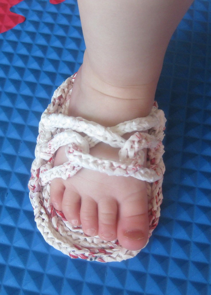Free knitting pattern for sandals made with plastic yarn plarn