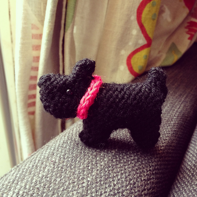 Free knitting pattern for Tiny Scottie Dog about 6 cm or 2.4 inches