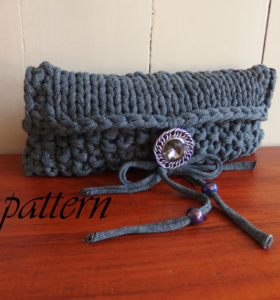 Knitting pattern for T-shirt Clutch made with t-shirt yarn