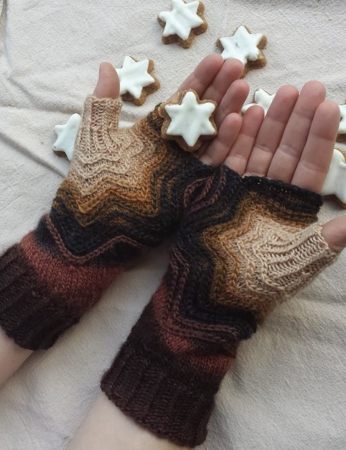 Zimtstern Cinnamon Star Fingerless Mitts Free Knitting Pattern