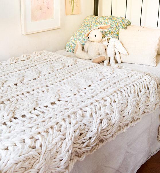 Finger Knitting Blanket : Arm knitting and finger in the loop